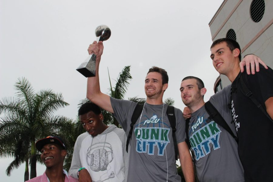 Eddie+Murray+triumphantly+raises+the+FGCU+ESPY+for+a+crowd+of+fans+outside+Alico+Arena.