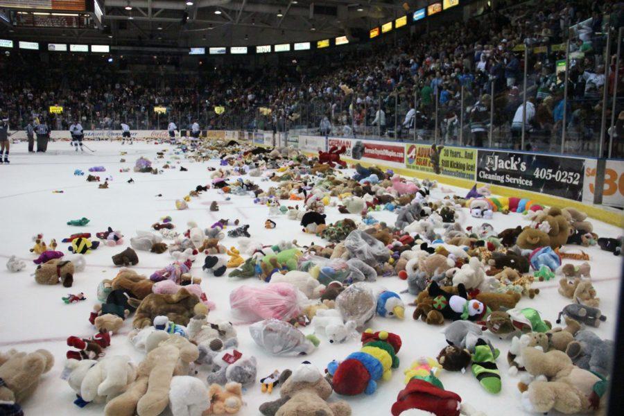 Nearly 8,000 bears rain down in Everblades teddy bear toss