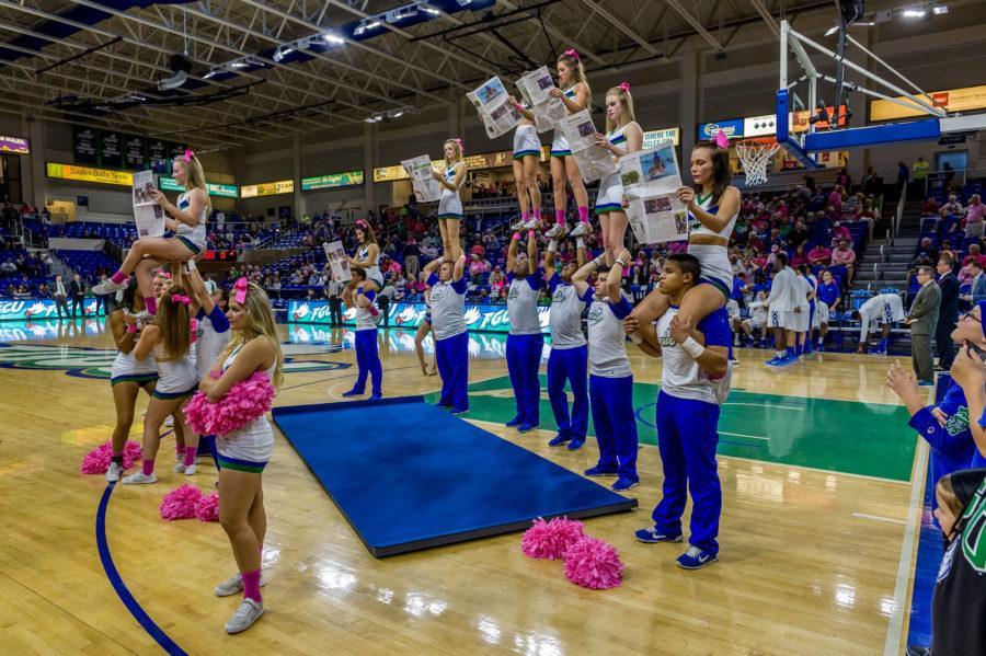 FGCU+Cheerleaders+reading+Eagle+News.+%28Photo+by+Linwood+Ferguson%29