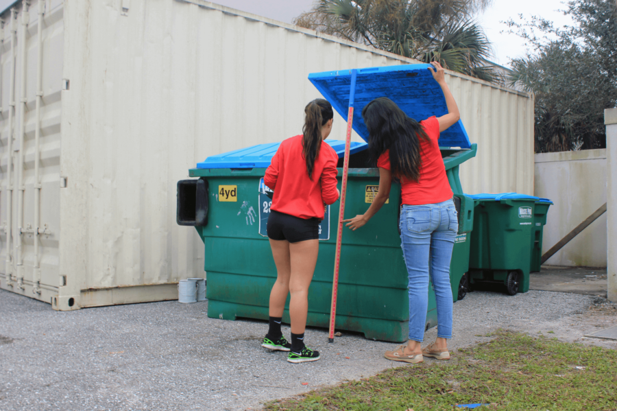Students+from+two+colloquium+courses+examine+all+recycling+bins+at+5+p.m.+every+day+except+for+Saturdays%2C+to+measure+and+document+how+much+the+university+recycled+that+day.+%28EN+Photo%2FJimena+Tavel%29