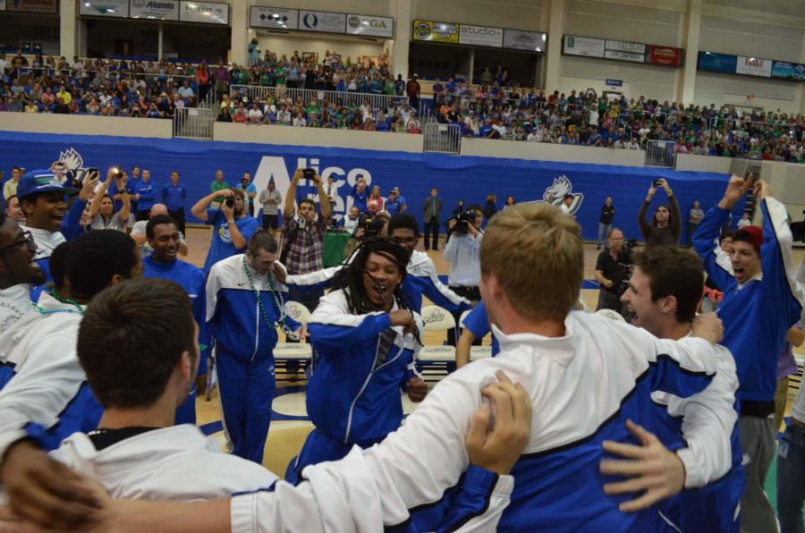 Sherwood+Brown+and+the+rest+of+the+men%E2%80%99s+basketball+team+take+part+in+a+celebratory+huddle.+%28EN+Photos%2F+Andrew+Friedgen%29
