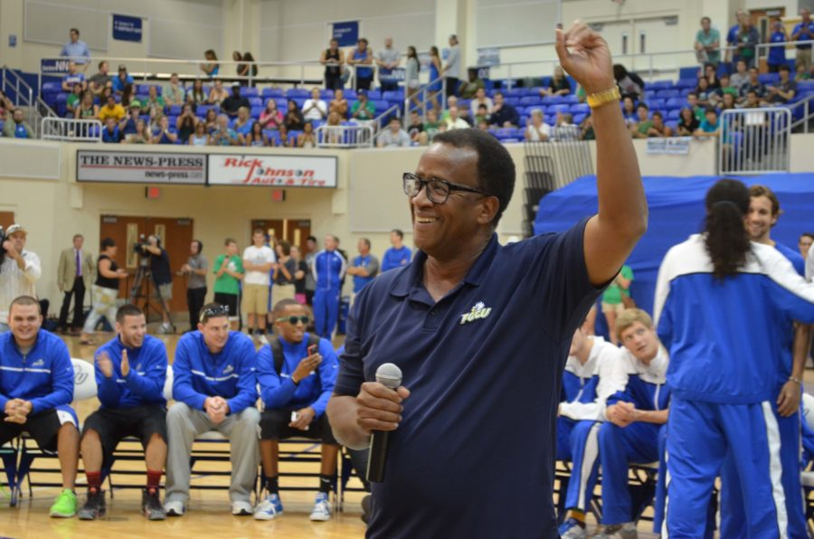 President+Wilson+Bradshaw+addresses+the+crowd+at+the+pep+rally+on+Monday.++%28EN+photo%2FChris+Epifano%29