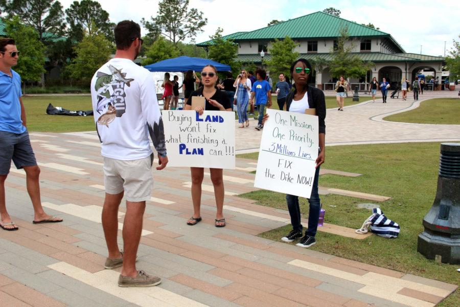 Wyler+Gins%2C+the+president+of+the+FGCU+Fishing+Club%2C+talks+to+the+protesters+of+the+rally.+Students+enrolled+in+professor+Amanda+Parke%E2%80%99s+Rhetoric+of+Social+Movements+course+teamed+up+with+the+Southwest+Clean+Water+Movement+organization+and+held+FGCU%E2%80%99s+first+Rally+for+Clean+Water+at+the+Veteran%E2%80%99s+Pavilion.+%28EN+Photo%2FRachel+Iacovone%29