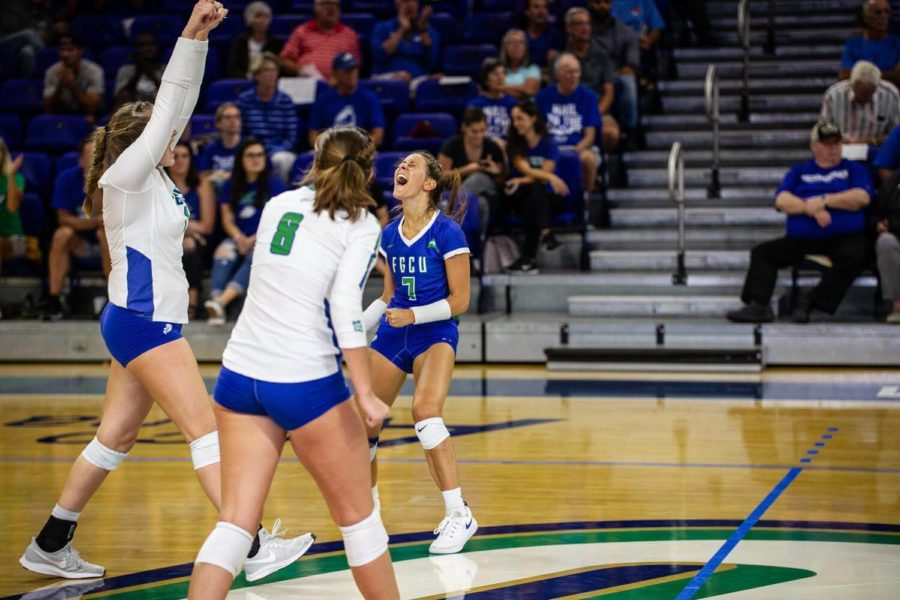 EN+Photo+by+Bret+Munson+%2F%2F+The+FGCU+women%27s+volleyball+team+celebrates+a+set+win+at+a+home+game.+