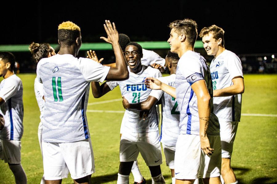 EN+Photo+by+Bret+Munson+%2F%2F+THE+FGCU+men%27s+soccer+team+celebrates+after+a+goal+against+UNF.