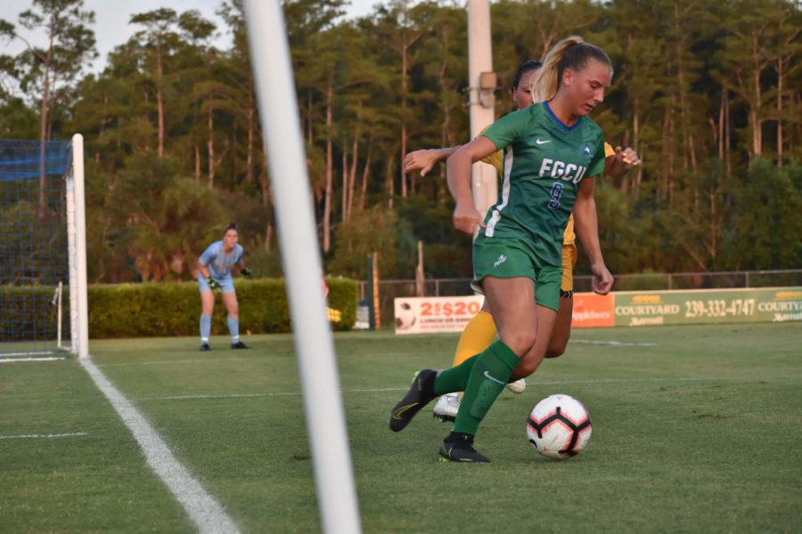 EN Photo by Raphaella Matta. // Freshman forward Louise Lillback was able to keep the Eagles in the game with her score and keep the pressure on La Salle with two more shots on goal.