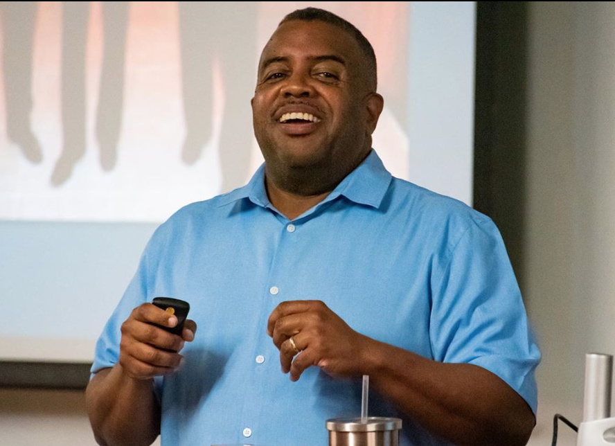 EN Photo by Julia Bonavita. Ernest Hooper talks to Journalism and Communication students, and gives tips on being a journalist in the current day and age.