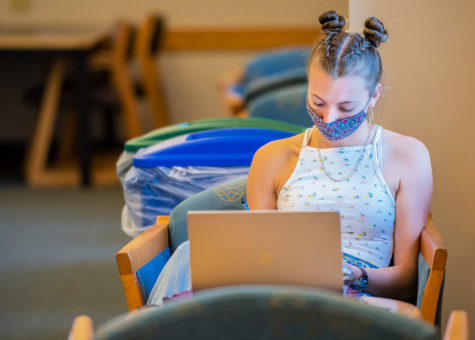 A student sits in the FGCU library following the universitys COVID-19 guidelines. EN photo by Julia Bonavita.